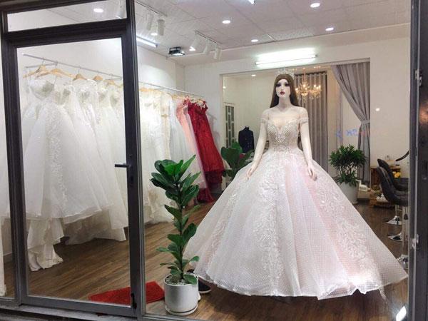 Sang gấp studio áo cưới hơn 100 bộ áo dài hon 40 bộ vest