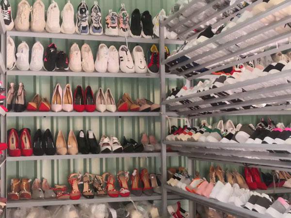 Cần sang gấp lại shop giày, dép