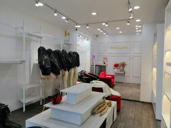 Sang shop quần áo nữ đang kinh doanh