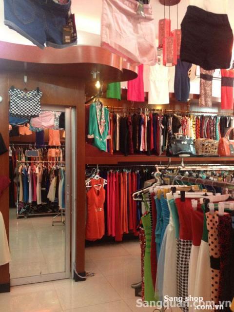 Sang quần áo hoặc vật dụng trong shop thời trang