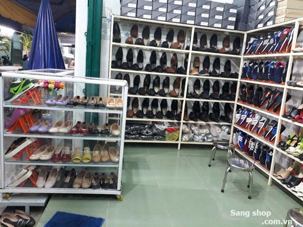 Sang shop giầy nằm trên con đường đông đúc