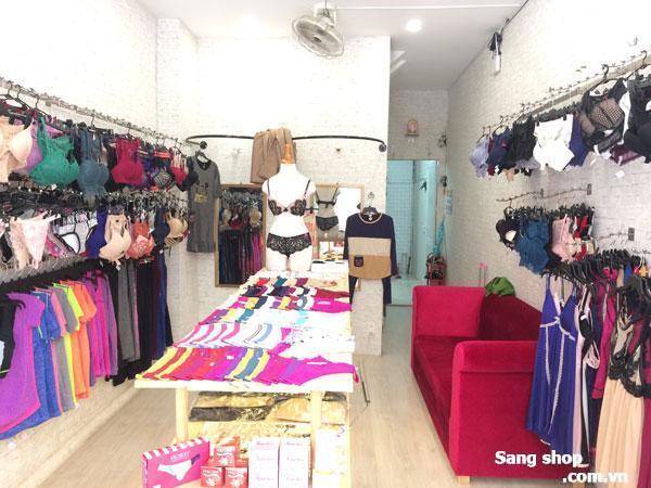 Sang shop quần áo nữ, tất cả đồ đạc và quần áo