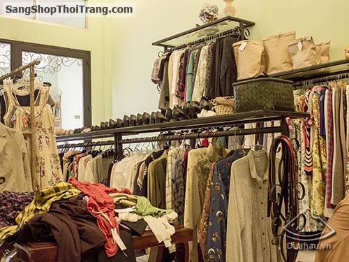 sang shop quần áo tại trung tâm phố cổ