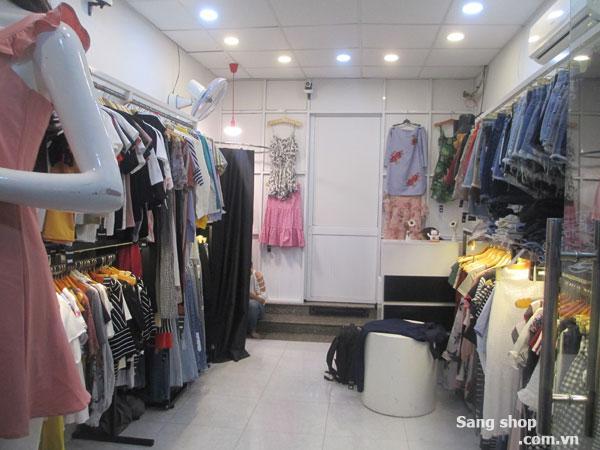 Sang shop thời trang nữ đang hoạt động