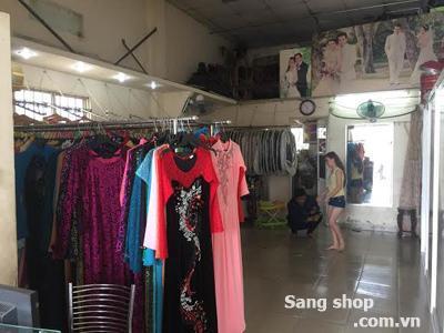 Sang tiệm áo cưới, đối diện nhà hàng Bà Điểm, Hóc Môn